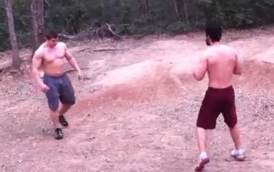 Enorme bagarre maigre vs bodybuilder