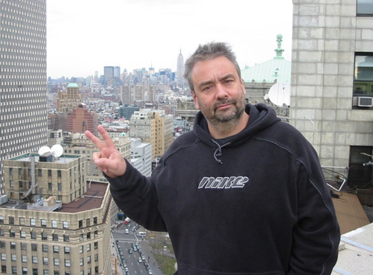 Luc besson v logo du site Officiel Des Journalistes